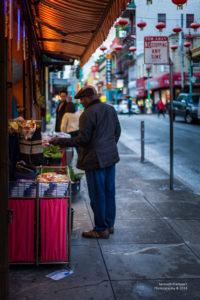 Man kauft in Chinatown ein in San Francisco.