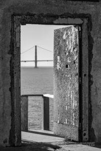 Golden Gate Bridge durch eine Gefängnisstüre hindurch betrachtet.