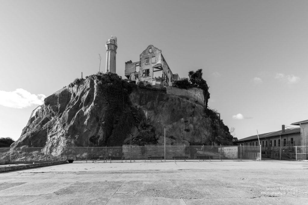 Frontansicht von Alcatraz mit Aussenhof.