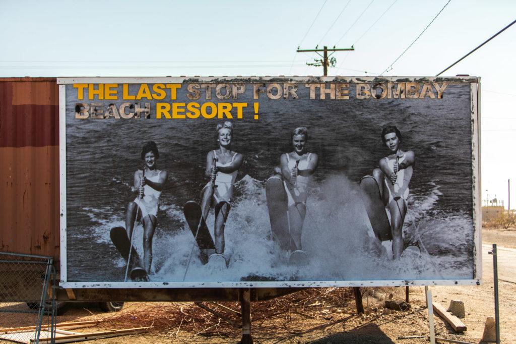 Werbetafel aus den 50er Jahren für das Bombay Beach Ressort.