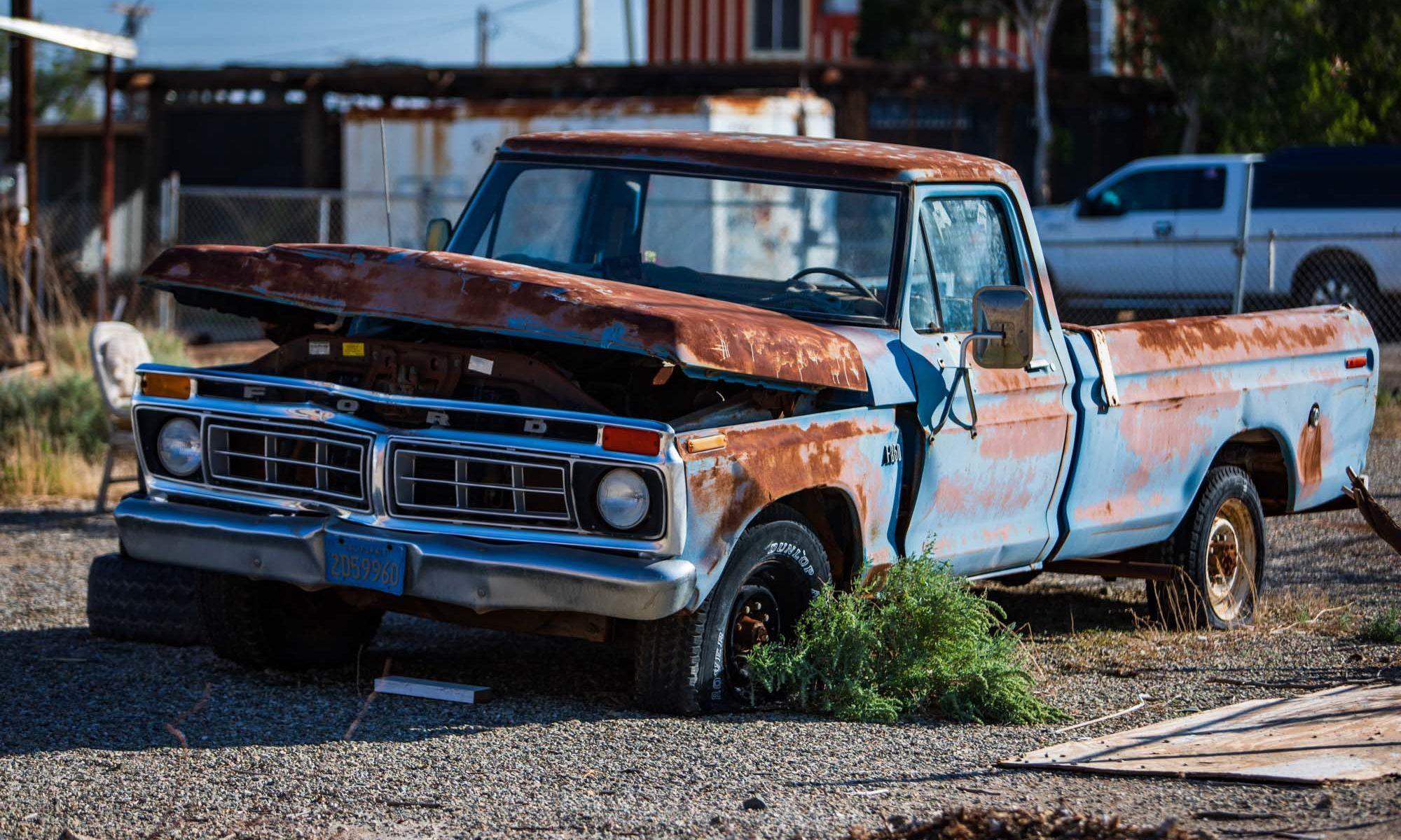 Alter Ford Pickup der zerfällt.