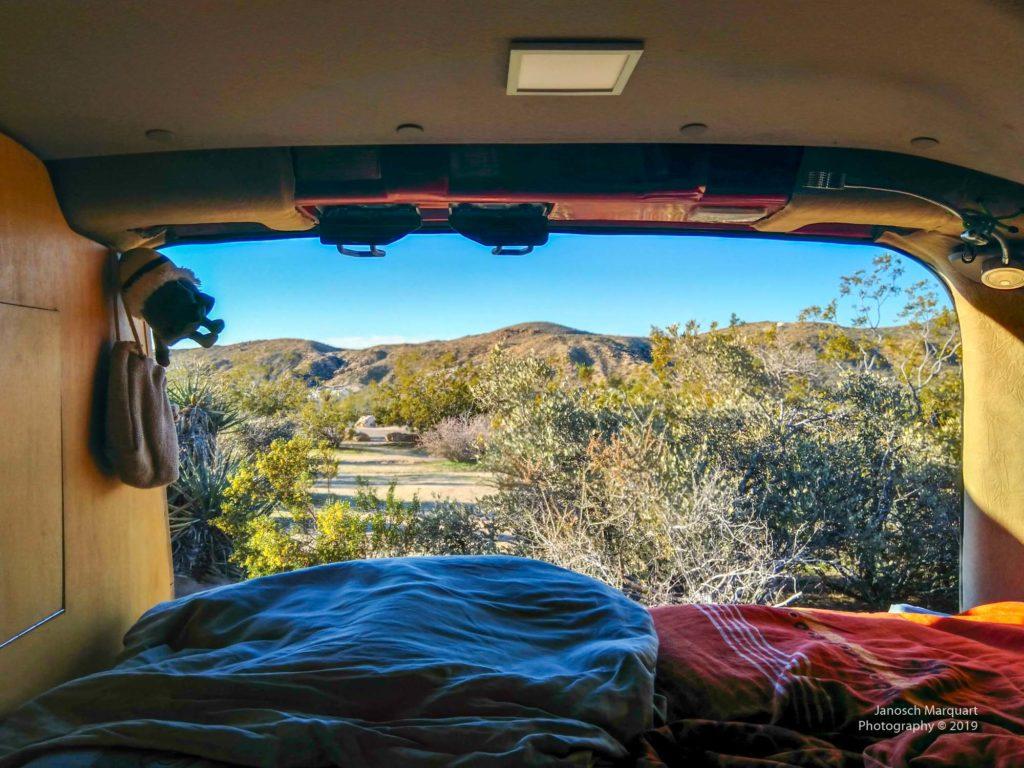 Sicht aus dem Campervan in die Wüste
