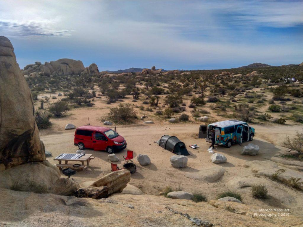 Sicht auf den Belle Campground mit zwei Campervans.