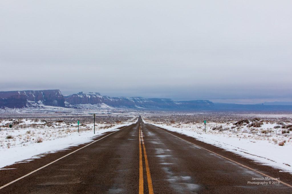 Zufahrtsstrasse zum Monument Valley im Schnee.