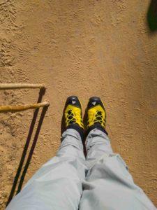 Wasserdichte Schuhe und Hosen.