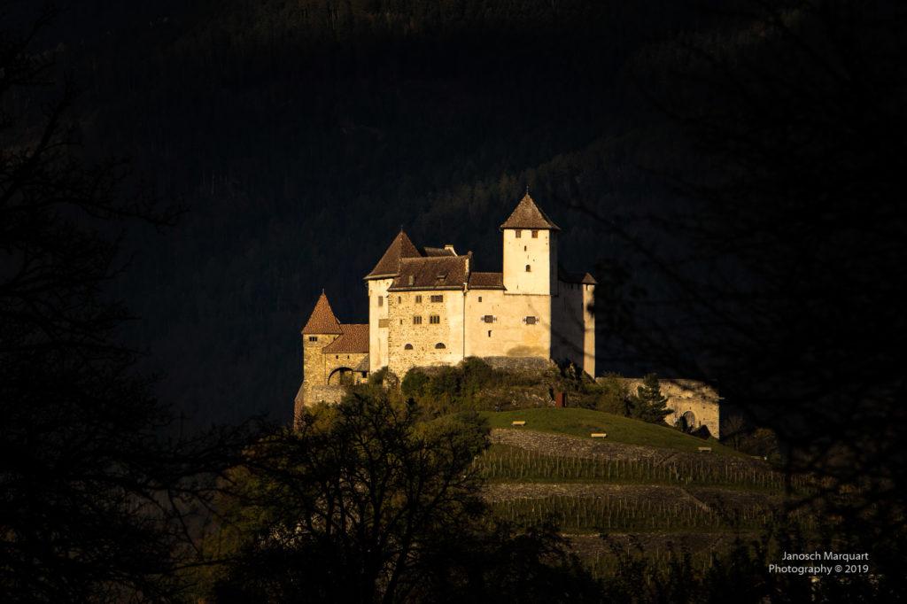 Foto des Schloss Gutenbergs in Balzers im Abendlicht.