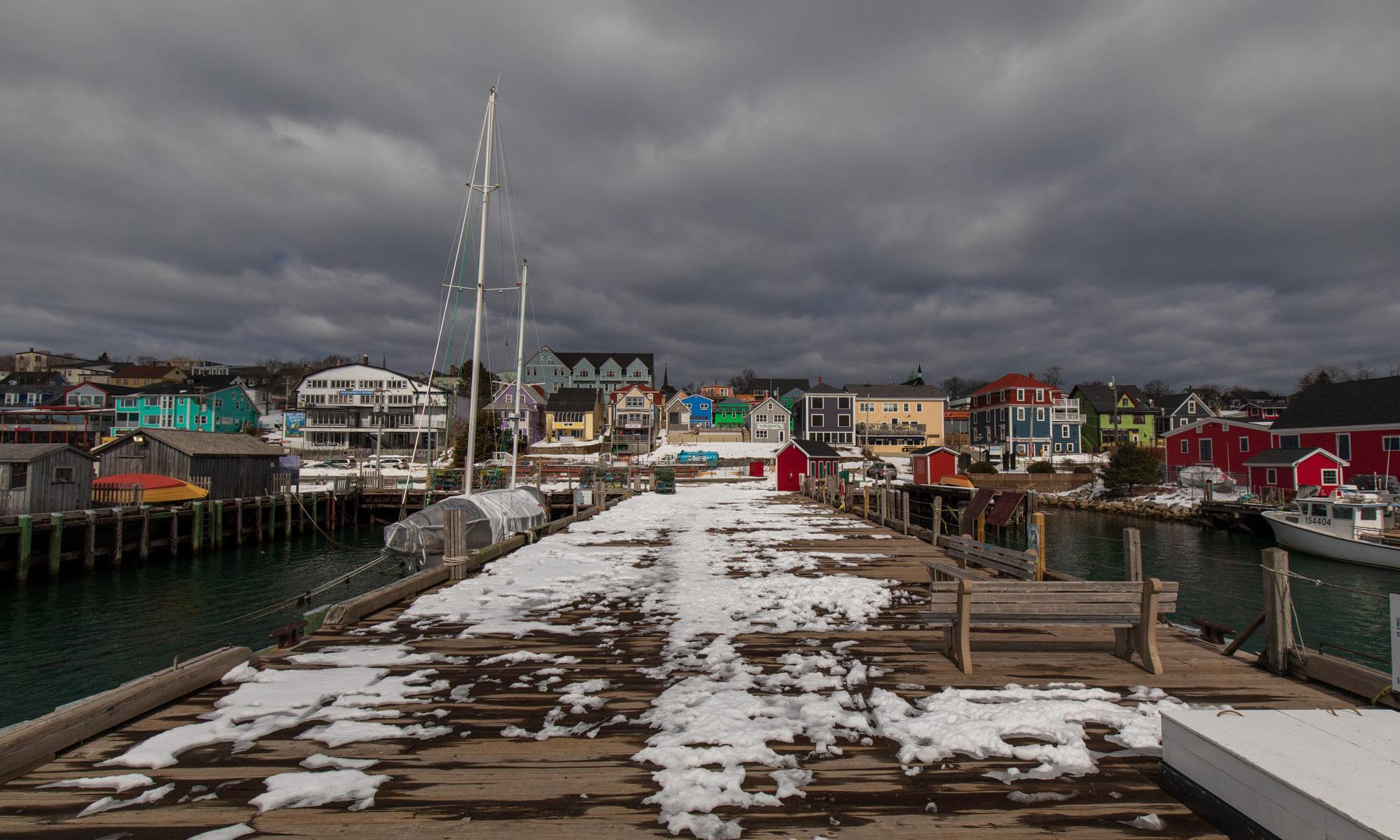 Hafen von Lunenburg im Winter mit Schnee auf Pier.